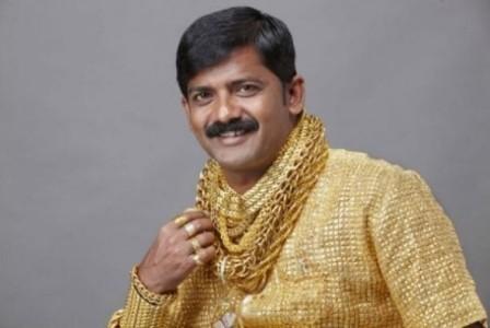 Imagem da notícia: Indiano manda fazer camisola com 14 mil peças de ouro