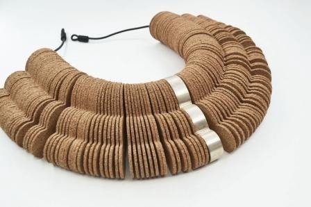 Imagem da notícia: Portuguesa concebe joias de cortiça