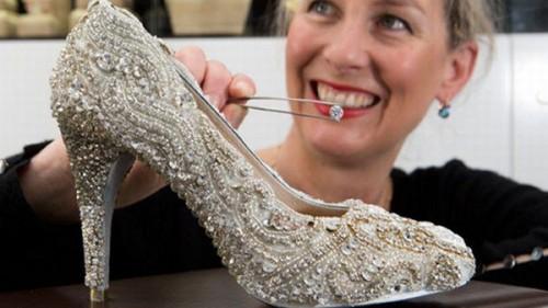Imagem da notícia: Sapato de luxo tem missão solidária