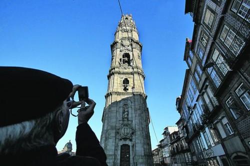 Imagem da notícia: Chave da Torre dos Clérigos entregue à Câmara do Porto