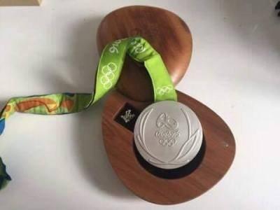 Imagem da notícia: Atleta polaco leiloa medalha de prata