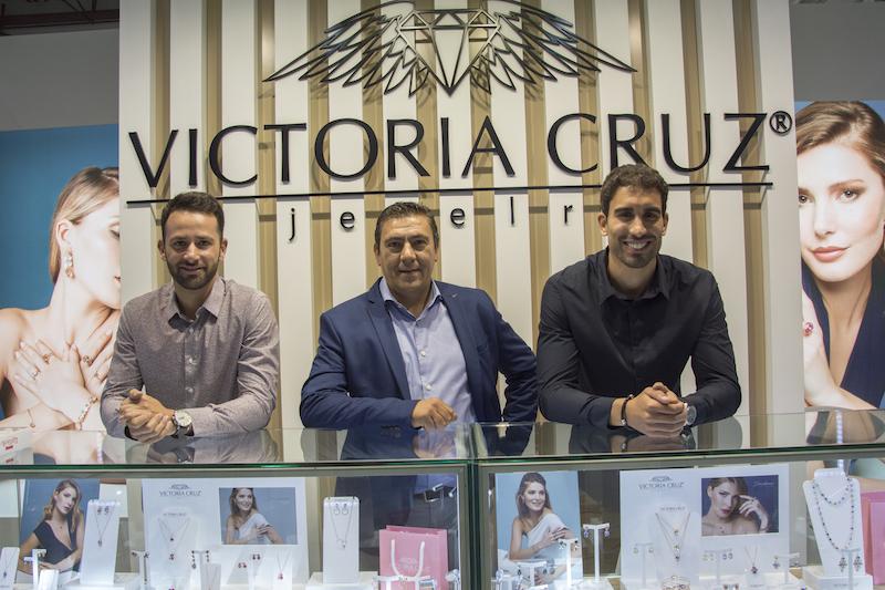 Imagem da notícia: Victoria Cruz na PortoJóia