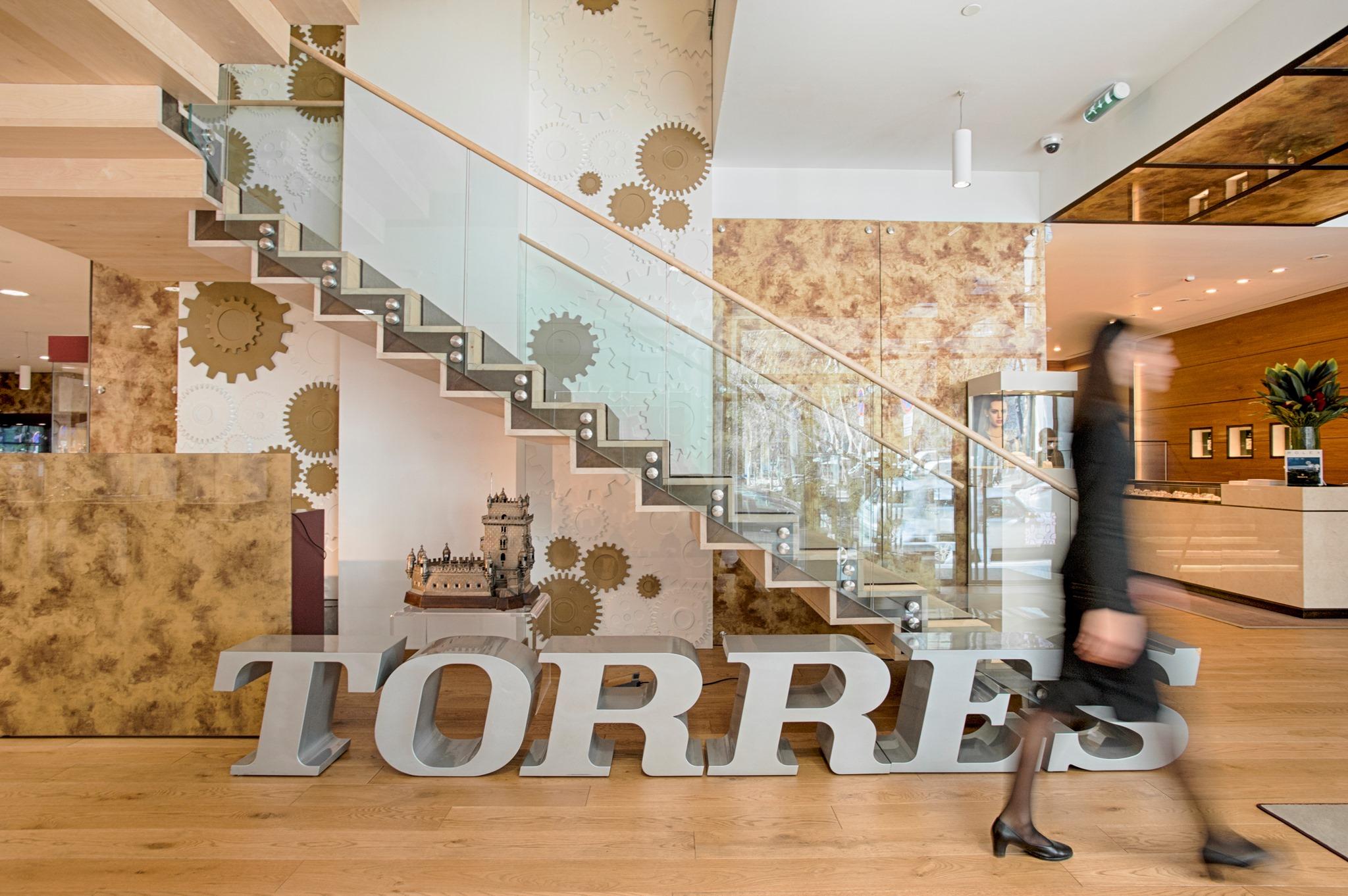 Imagem da notícia: Torres Joalheiros reabre todas as lojas