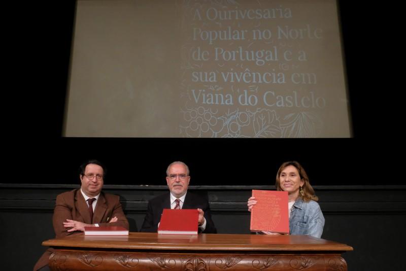 Imagem da notícia: Rosa Maria Santos Mota lança livro sobre Ourivesaria Popular